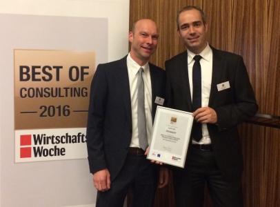 Matthias Schwarzenberg, Leiter Marketing und Kommunikation bei UNITY, und Dr.-Ing. Daniel Steffen, Partner bei UNITY, nach der Preisverleihung in Düsseldorf (v.l.n.r.)