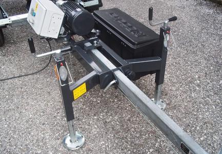 Bietet die Kombination von Sicherheit und Komfort: die optimierte Stütztechnik sowie der integrierte Werkzeugkasten der neuen Produktreihe des Junior Möbelaufzuges. (Foto: Böcker Maschinenwerke, Werne)
