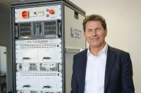 COO Roland Bucher mit IOL Testsystem des Unternehmens