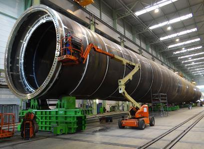 XXL-Produkte: Rohre aus armdicken Stahlblechen fertigt die EEW Special Pipe Constructions GmbH in Rostock. (Foto: EEW SPC)