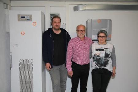 Hermann Dreher und seine Lebensgefährtin Sylvia Reizner (rechts) mit Elektroinstallateur Andrew McCormick, Geschäftsführer McCormick Solar GmbH, (links) hat gut lachen – 75 Prozent seines Energiebedarfs deckt er selbst.