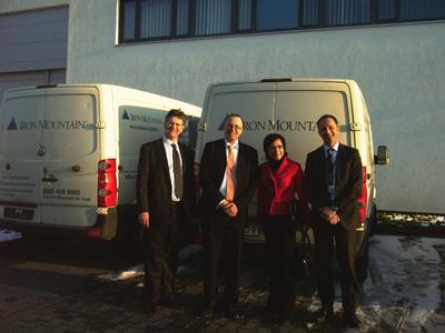 Von links: Der britische Generalkonsul Malcom Scott, Rüdiger Madrak (Iron Mountain Deutschland GmbH), Dagmar Wülknitz (NRW.INVEST GmbH), Ove Dokk (Iron Mountain Deutschland GmbH)