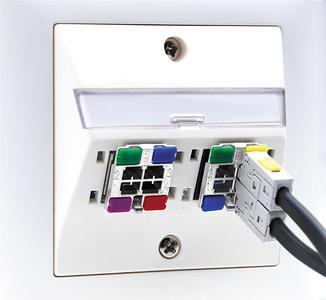 Cable Sharing Lösung RMS45 von R&M: Der Microsplitter sitzt innen in der RJ45 Buchse und kann mit Farbclips codiert werden. Foto: R&M