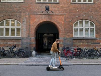 Donkey Republic e scooter rider (Bild: Donkey Republic)
