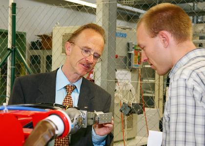 Studiengangsleiter, Prof. Dr. Bernhard Hoppe im Labor an der Hochschule Darmstadt