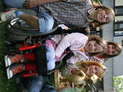 """Marcel (links), Madeline (vorne) und Michelle (dahinter) freuen sich mit Jackie über den Goldenen Tabaluga Preis. Das ZDF tivi Kinder- und Jugendprogramm hat diesen Preis ins Leben gerufen zum Dank für """"Glücksbringer"""" wie Jackie Weiss."""