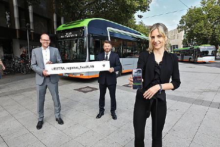 Ulf-Birger Franz, Dr. Volkharst Klöppner und Elke van Zadel zeigen wie das WLAN im Bus ab sofort funktioniert. (Foto: Florian Arp)