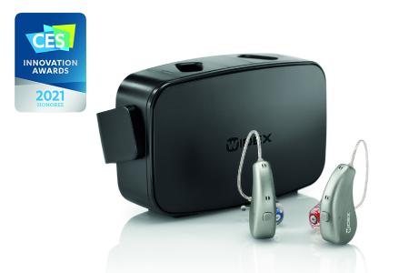 Das Premium-Hörsystem WIDEX MOMENT wurde mit dem CES 2021 Innovation Award ausgezeichnet. Es ist unter anderem auch als wiederaufladbares Lithium-Ionen-Hörgerät verfügbar.