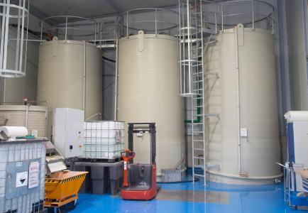 Gesammelt wird das zugeführte Prozesswasser zunächst in drei 24 m3 fassenden Rundbehältern.