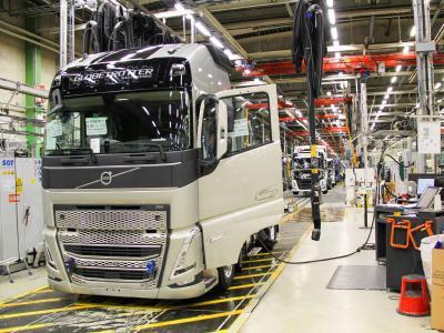 Die Serienproduktion der neue Generation von Schwerlast-Lkw von Volvo Trucks ist im CO2-neutralen Tuve-Werk in Göteborg, Schweden, angelaufen