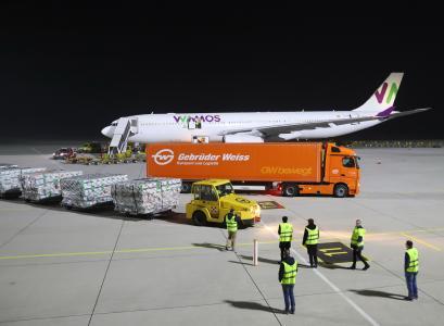 Mit insgesamt fünf Flügen realisierte Gebrüder Weiss den Transport von 14 Millionen Corona-Testkits von China nach Österreich. Hier: Ankunft der Tests am Flughafen Linz / Österreich. (Quelle: Gebrüder Weiss / Robert Lang)
