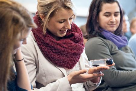 Beim Besuch der Coaching-Teams an Schulen erleben die Jugendlichen eine Menge Technik zum Anfassen und Ausprobieren. Für Staunen sorgt unter anderem das Ferrofluid, eine Dispersion aus magnetischen Nanopartikeln, das im Magnetfeld eine charakteristische Stachelstruktur ausbildet. (c) Baden-Württemberg Stiftung gGmbH