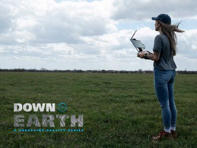UAV-Pilotin und GIS-Spezialistin Laura Brown steuert das mdLiDAR1000 aaS auf einer Drohnenvermessungsmission.