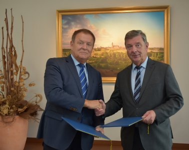 Unterzeichneten die Kooperationsvereinbarung: Oberbürgermeister Dr. Lutz Trümper (r.) und IHK-Hauptgeschäftsführer Wolfgang März, Quelle: IHK Magdeburg