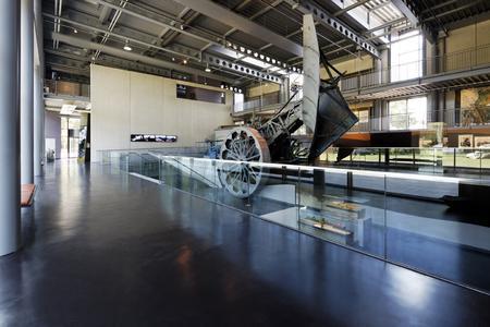 Kultivierungsgerät: Der Otto-Meyer-Pflug, Sinnbild der Kultivierung, steht auf einem Industrieboden erster Güte