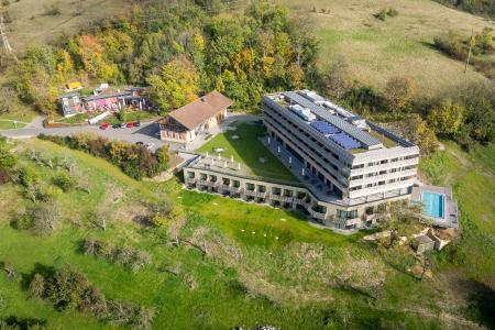 Große Dachbegrünungsflächen decken die beiden Hanggeschosse ab und betten das Gebäude damit in die Landschaft ein / Quelle: Pix Performance