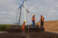 Im Windpark Wennerstorf sind 2018 vier AN Bonus-Anlagen mit jeweils 1,3 Megawatt abgebaut worden. Stattdessen produzieren an dem Standort nun zwei dem aktuellen Stand der Technik entsprechende Nordex N149 mit jeweils 4,5 Megawatt Leistung Strom. Während im Hintergrund die Demontage zu sehen ist, wird vorne ein neues Fundament errichtet