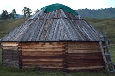 Jurtenbau vom Feinsten: Die Schwalbenschwanzverzapfung kommt ohne Holzverbindungsmittel aus. Das Dach besteht aus geschichteten, passgenau abgelängten Baumrinden. (Foto: Achim Zielke)