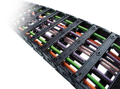 Mit dem für die Energieführungskette erhältlichen Öffnungswerkzeug können Anwender bei der Uniflex Advanced 1455 einen Meter Energieführung in nur drei Sekunden öffnen