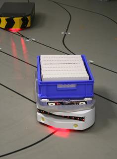 Ein solches fahrerloses Transportfahrzeug im Kleinformat, entwickelt von der Firma Götting, dient als Ausgangspunkt für das Forschungsprojekt. Am IPH soll die Maschine lernen, auf Sprache und Gesten zu reagieren. Später wird die Technik in ein größeres Fahrzeug integriert, nämlich in einen Schubmaststapler. (Foto: Susann Reichert / IPH)