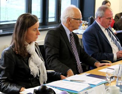 IHK-Hauptgeschäftsführerin Elke Schweig, IHK-Präsident Thomas Philippiak und IHK-Vizepräsident Thomas Hinderberger präsentieren die Ergebnisse der Sitzung der IHK-Vollversammlung