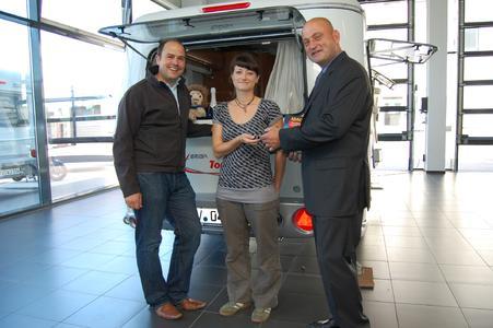 v.l.n.r.: Ralf Torresin, Marketingleiter HYMER AG; Bianca Mai, Gewinnerin aus Chemnitz; Stefan Thurn, Leiter der Redaktion ADAC Camping-Caravaning-Führer