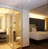 Ein Spiegel als Tür mit Pilkington Mirropane™ Chrome