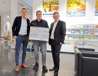 Der Geschäftsführer Sven Streiff (links) übergab zusammen mit Stefan Perrey dem federführenden Organisator der Adventslotterie (Mitte) den Spendenscheck an Armin Maus, Chefredakteur der Braunschweiger Zeitung.