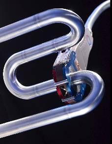 WIG-Orbital-Schweißen einer Rohrleitung für die Reinstwasserversorgung in der pharmazeutischen Industrie. Geschlossene Schweißzange vom Typ MW (Foto : Polysoude)