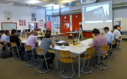 Vor 13 Berufsschullehrern aus ganz Bayern gab Prof. Dr.-Ing. Iman Taha von der Fraunhofer  Einrichtung IGCV in Augsburg (hinten Mitte) in der Technikerschule Donauwörth eine theoretische Einführung in die Faserverbundwelt