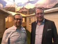 Timo Seggelmann, Geschäftsführer SALT AND PEPPER Software GmbH & Co. KG (l.) und Staatssekretär Stefan Muhle (r.)