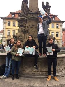 """Die """"WÜma""""-Redakteure verteilen ihr selbsterstelltes Magazin in der Würzburger Innenstadt (Foto: WÜma)"""