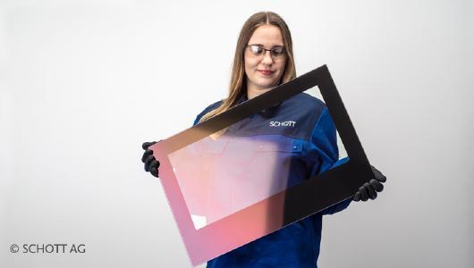 IR-SuperMAX ist eine auf der Raumseite aufgetragene Beschichtung für Feuer-Sichtscheiben, welche Wärmestrahlung reflektiert. Die Beschichtung wirkt auf das menschliche Auge leicht farbig und unterstreicht damit den hochwertigen Eindruck des Endgeräts. © SCHOTT