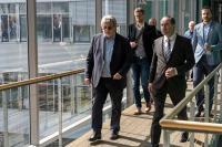 Prof. Horst Domdey (li), Geschäftsführer BioM, führt Wirtschaftsminister Aiwanger (vorne rechts) zu den Laboren von GNA Biosolutions / Foto: StMWi/Elke Neureuther