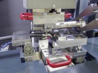 Die kompakte Maschine von Telsonic verschweißt beim amerikanischen Zulieferer Julian Electric 160 qmm starke Aluminiumleitungen mit einem Rohrkabelschuh aus vernickeltem Kupfer im Serienprozess.