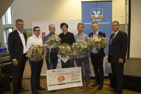 (v.l.): VR Bank Vorstandsmitglied Michael Möller, Henner Bendig , Max Zachner, Sebastian Müller-Bosse, Sören Heise und Prof. Dr. Thomas Severin / Foto: Brit Stichel
