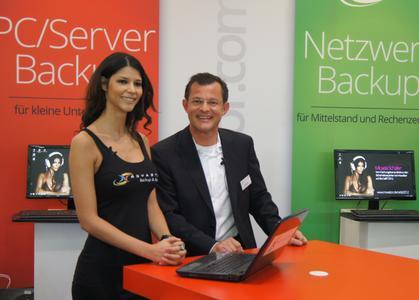 Micaela Schäfer und Stefan Utzinger präsentieren NovaBACKUP.