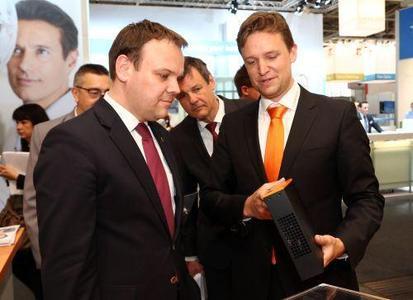 Hoher Besuch: STARFACE Geschäftsführer Florian Buzin führt den baden-württembergischen Staatssekretär für Finanzen und Wirtschaft Ingo Rust durch das ausgestellte VoIP-Lösungsportfolio
