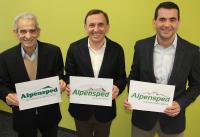 Von links: Der Gründer Rinaldo Faggin und die Geschäftsführer Christian und Massimo Faggin präsentieren die Veränderung ihres Logos im Laufe der 25 jährigen Firmengeschichte