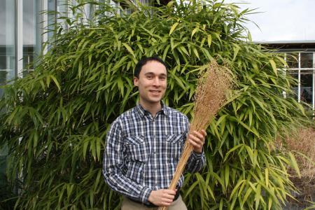 Dr. Aaron Breivogel leitet beim Baufarbenhersteller DAW SE das bei den GreenTec Awards 2018 ausgezeichnete Leindotter-Projekt. Es will Landwirtinnen und Landwirte dafür gewinnen, von der Erbsen-Monokultur zum Mischfruchtanbau zu wechseln und die dafür notwendige nachhaltige Wertschöpfungskette aufzubauen. An ihrem Ende stehen als Produkte Lasuren, Holzöle und Lacke, die auf Basis von in Deutschland produziertem Leindotteröl hergestellt werden, Foto Wood Care Products