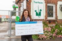 Miriam Jablonski mit dem symbolischen Spendenscheck. 1.800 Euro sind über die WMAG-Crowd zusammengekommen. Foto: WEMAG/Stephan Rudolph-Kramer