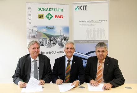 Signatories of the MoU: (from left) Professor Peter Gutzmer of Schaeffler AG as well as Dr. Peter Fritz and Dr. Ulrich Breuer from the KIT (Photo: Gabi Zachmann; KIT)