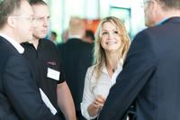 Isabelle von Künßberg, Vertriebsleitung acmeo, im Gespräch mit Konferenzbesuchern