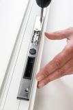 Nach dem Fräsen und Säubern können Schließblech und Türöffner miteinander verschraubt und in das vorbereitete Profil eingesetzt werden