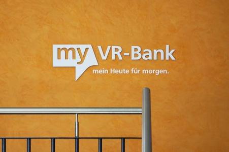 Logo und Hausfarben der VR Bank wurden wirkungsvoll in die Oberflächentechnik integriert / Foto: Caparol Farben Lacke Bautenschutz/Claus Graubner