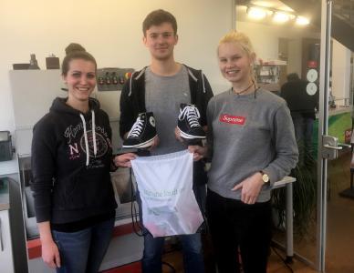 Charly (r.) und Marvin (M.) fertigten bei ihrem Praktikum bei Oberle Gesunde Schuhe in Ettenheim orthopädische Schuhe und lernten auch, dass diese auch modisch sein können (Bild: Oberle Gesunde Schuhe)