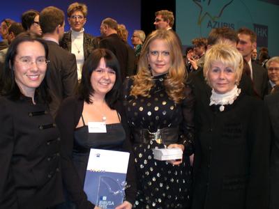 (von li): IHK-Vizepräsidentin Kirsten Hirschmann, Stefanie Schulz (Bundesbeste Fachkraft für Lagerlogistik), Moderatorin Barbara Schöneberger und IHK-Geschäftsführerin Renate Rabe bei der Auszeichnung