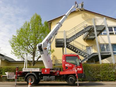 Auch im Facility-Management, wie hier beim Anbringen einer Taubenabwehr an einer Schule, kommen die Kuhnle-Arbeitsbühnen zum Einsatz