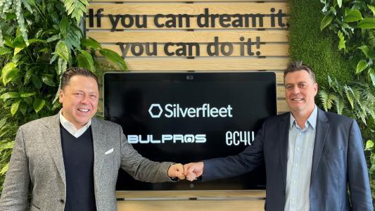 David Laux, PDG d'ec4u, et Ivaylo Slavov, PDG de BULPROS, célèbrent la fusion à Silverfleet Capital.