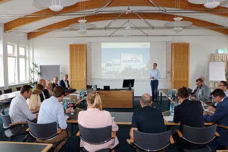 Die Begrüßung der Oldenburger Wirtschaftsjunioren im Remmers Forum erfolgte durch Carlo Graepel, Vorstandssprecher Wirtschaftsjunioren (Bildquelle: Remmers, Löningen)